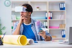 Il giovane progettista con i vetri del vr di realtà virtuale Fotografia Stock