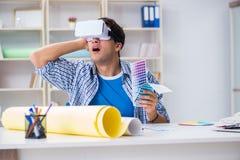 Il giovane progettista con i vetri del vr di realtà virtuale Immagini Stock