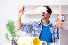 Il giovane progettista con i vetri del vr di realtà virtuale Fotografie Stock Libere da Diritti