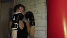 Il giovane pugile professionista pratica la tecnica di colpi nell'addestramento, video d archivio