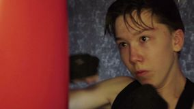Il giovane pugile professionista pratica la tecnica di colpi nell'addestramento, stock footage