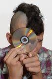 Il giovane punk morde il CD. Fotografia Stock