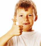Il giovane ragazzino ha isolato i pollici su sul gesturing bianco Immagini Stock Libere da Diritti