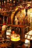 Il giovane ragazzo accende le candele alla chiesa del sepolcro santo, Gerusalemme, Israele Fotografia Stock