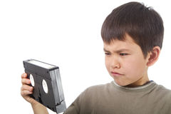 Il giovane ragazzo asiatico sveglio sembra confuso da un video Immagini Stock Libere da Diritti