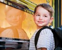 Il giovane ragazzo con il sorriso nervoso attende per imbarcarsi sul bus Fotografia Stock Libera da Diritti