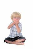 Il giovane ragazzo con suo cosegna la sue bocca e priorità bassa bianca Fotografia Stock Libera da Diritti