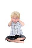 Il giovane ragazzo con suo cosegna le sue orecchie e priorità bassa bianca Immagini Stock