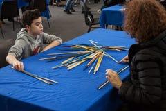 Il giovane ragazzo gioca Schang-Hai alla convenzione di Festival del Fumetto a Milano, Italia Immagini Stock Libere da Diritti