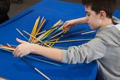Il giovane ragazzo gioca Schang-Hai alla convenzione di Festival del Fumetto a Milano, Italia Immagine Stock Libera da Diritti