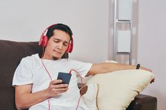 Il giovane ragazzo gode di di ascoltare la musica fotografie stock libere da diritti