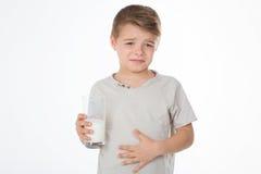 Il giovane ragazzo ha un mal di ventre Fotografie Stock Libere da Diritti