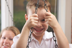 Il giovane ragazzo sorride per la macchina fotografica Immagine Stock