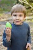 Il giovane ragazzo sostiene l'uovo di Pasqua Fotografie Stock