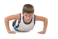 Il giovane ragazzo sta spingendo verso l'alto Fotografia Stock