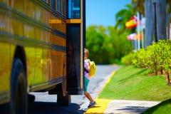 Il giovane ragazzo sveglio, bambino che sale lo scuolabus, aspetta per andare a scuola Fotografie Stock Libere da Diritti