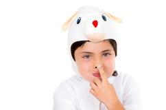 Il giovane ragazzo sveglio si è vestito nella fabbricazione del costume del coniglietto Immagini Stock