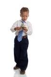 Il giovane ragazzo vestito come uomo d'affari tiene i soldi Immagini Stock