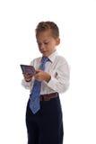 Il giovane ragazzo vestito come uomo d'affari trasmette SMS Fotografie Stock Libere da Diritti