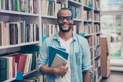 Il giovane riuscito studente nerd africano attraente allegro è st Fotografia Stock