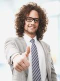Il riuscito uomo di affari vi dà i pollici su Fotografia Stock