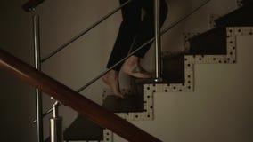 Il giovane sale a piedi nudi sulle scale all'interno della casa archivi video