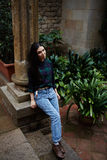 Il giovane scambio dello studente viene dall'Asia alle belle vie delle passeggiate e della Spagna Fotografia Stock
