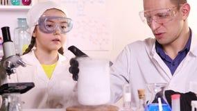 Il giovane scienziato conduce le classi di chimica per una scolara video d archivio