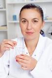 Il giovane scienziato femminile in laboratorio, facente sperimenta in laboratorio Fotografia Stock