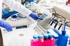 Il giovane scienziato femminile lavora nel laboratorio moderno biologia/di chimica Fotografia Stock Libera da Diritti
