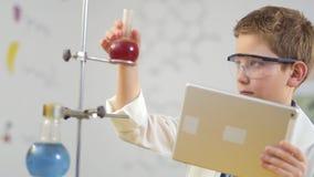 Il giovane scienziato lavora in laboratorio video d archivio