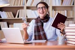Il giovane scrittore che lavora nella biblioteca Fotografia Stock