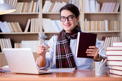Il giovane scrittore che lavora nella biblioteca Fotografie Stock