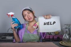Il giovane segno di aiuto della tenuta della donna e la sensibilità coreani asiatici tristi e depressi della bottiglia del pulito Fotografia Stock