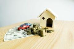 Il giovane si è accinto a per approvare i soldi per affittare una casa e un'automobile fotografia stock libera da diritti