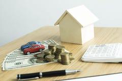 Il giovane si è accinto a per approvare i soldi per affittare una casa e un'automobile fotografia stock