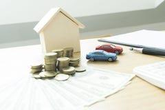 Il giovane si è accinto a per approvare i soldi per affittare una casa e un'automobile immagini stock