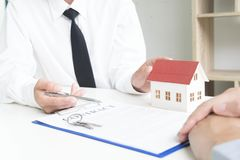 Il giovane si è accinto a per approvare i soldi per affittare una casa e un'automobile immagini stock libere da diritti