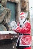 Il giovane si è agghindato come Santa che prepara gettare una palla di neve, durante l'evento Stoccolma Santa Run della carità in Fotografie Stock