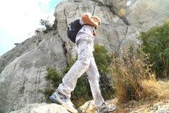 Il giovane si è alzato nelle montagne Immagine Stock