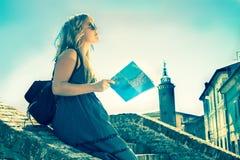 Il giovane singolo turista femminile in una vecchia città italiana ha chiamato Comacchio immagine filtrata retro stile Fotografie Stock