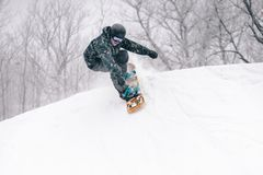 Il giovane snowboarder cade in un mezzo tubo immagini stock libere da diritti