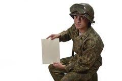 Il giovane soldato americano mostra una lettera immagine stock