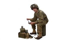 Il giovane soldato americano prende i suoi pasti fotografia stock
