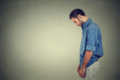 Il giovane solo triste che guarda giù non ha motivazione di energia nella vita diminuita Immagini Stock