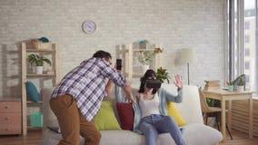 Il giovane spara la reazione di una donna in vetri di realtà virtuale sul telefono video d archivio