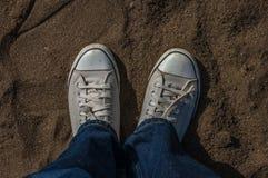 Il giovane sta indossando le scarpe abbastanza bianche Immagini Stock