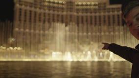 Il giovane sta invitando ognuno per esaminare la fontana meravigliosa video d archivio