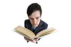 Il giovane sta leggendo un libro Vista da sopra Isolato su priorità bassa bianca Fotografia Stock