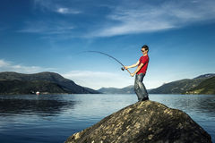 Il giovane sta pescando in Norvegia Fotografie Stock